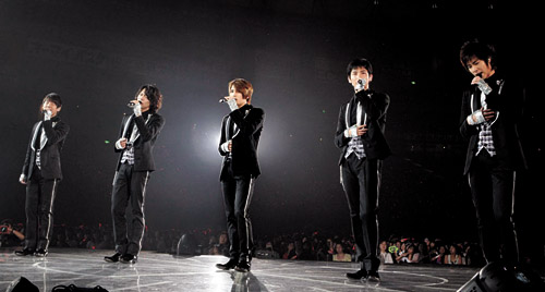 "TVXQ performs for the finale of the ""TVXQ Fourth Live Tour 2009: The Secret Code"" on July 4 in front of about 50,000 spectators at the Tokyo Dome."